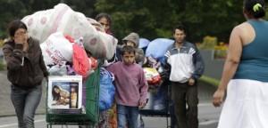 Familias de gitanos abandonan en agosto de 2012 un campo ilegal en el norte de Francia