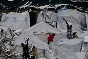 Nieve en el campo de refugiados de Moira, en la isla de Lesbos, Grecia. STRATIS BALASKAS EFE