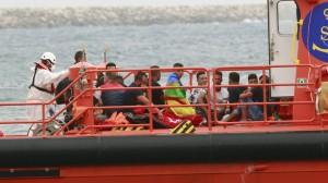 Salvamento Marítimo rescata de una patera a un grupo de migrantes, en Almería. CARLOS BARBA EFE