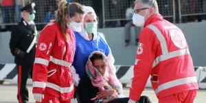 Una mujer recibe asistencia médica tras ser rescatada por un equipo de Frontex en las costas italianas / GIOVANNI ISOLINO (AFP)