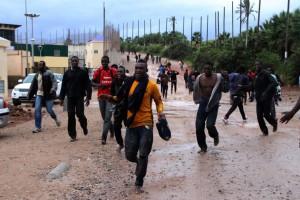 Un centenar de inmigrantes corren tras saltar la valla de Melilla a mediados de noviembre. ANTONIO RUIZ ( El País)