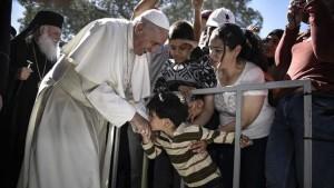 Un niño besa la mano del Papa durante la visita al campo de detención de refugiados de Moria, en Lesbos (Grecia) ANDREA BONETTI/GOBIERNO DE GRECIA/AP