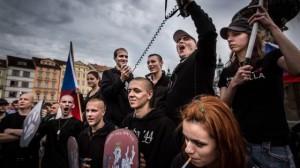 Un grupo de jóvenes neonazis en República Checa desde la que se dirigieron a una barriada gitana para intentar asaltarla en junio de este año. / GUSTAV PURSCHE  (CORBIS)