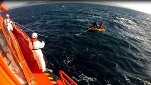 Rescatados-menores-embarcacion-juguete-Estrecho_EDIIMA20171105_0111_19