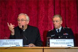 El cardenal Vincent Nichols y Sir Bernard Hogan-Howe en la Conferencia de Lancaster House