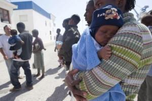 Desembarco, en 2010, en Motril (Granada) de una patera con cinco bebés y tres mujeres embarazadas. / M. ZARZA