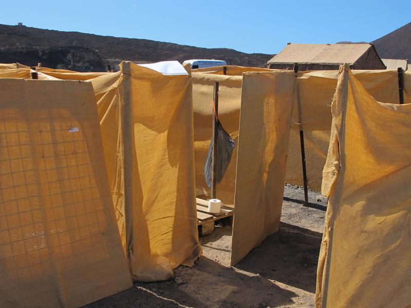 © ACNUR/M. J. Vega. Las instalaciones de saneamiento forman parte indispensable de la vida en un campo de refugiados, y también estuvieron presentes ese fin de semana para los chicos y chicas que acudieron al simulacro. Cerca de las tiendas se levantaron las letrinas que se ven en la foto.