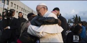El Papa Francisco, con los migrantes