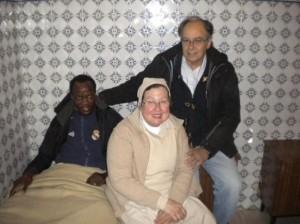Abdoulaye, junto a los religiosos Esteban Velázquez y Francisca, en Marruecos. EL MUNDO