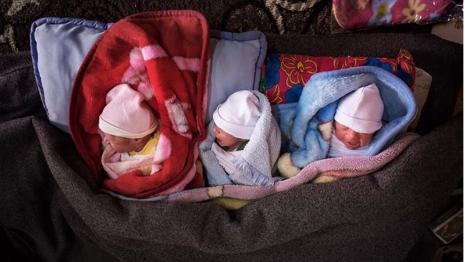 Los trillizos refugiados que nacieron en medio de la tormenta en los campos de refugiados sirios.
