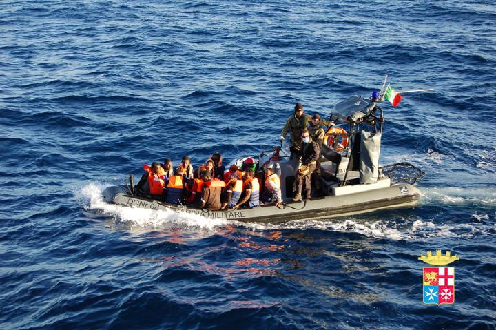 La Marina italiana rescata a inmigrantes africanos frente a las costas de Lampedusa.
